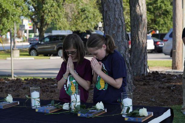 Kaksi tyttöä rukoili Texasin Santa Fen koulun edustalla perjantaina.