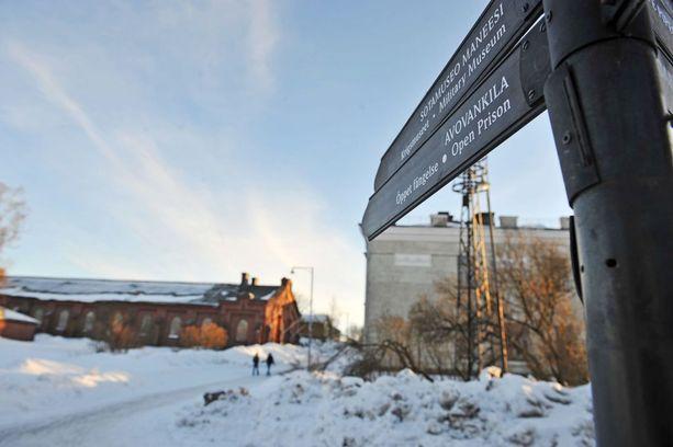 39-vuotias helsinkiläinen viettää talvea tällä hetkellä Suomenlinnan avovankilassa. Arkistokuva vankilan portilta.