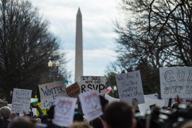 Trumpin virkakautta on sävyttänyt lukuisat presidenttiä vastaan osoitetut mielenosoitukset kuten Trumpin määräämää matkustuskieltoa Yhdysvaltoihin useista muslimimaista.