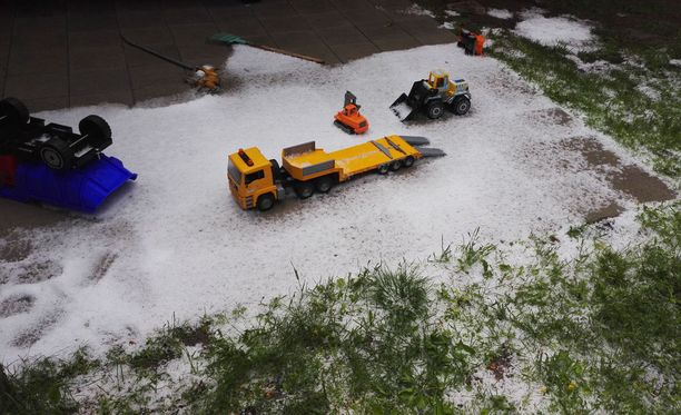 Leikkikaivuri pääsi lumitöihin juhannusaattoiltana Torniossa.