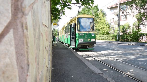 Raitiovaunu Nelosen päätepysäkin alue Munkkiniemenrannassa näkyy myös usein tv-ruudussa.