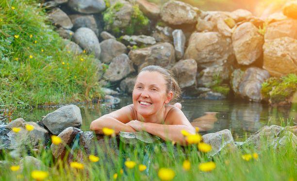 Lämmin kylpy luonnon helmassa on elämys.