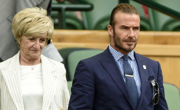 David Beckham julkaisi sunnuntaina muiston lapsuudestaan ja äidistään Sandrasta äitienpäivän merkeissä. Kuvassa Sandra ja David Beckham Wimbledonissa heinäkuussa 2017.