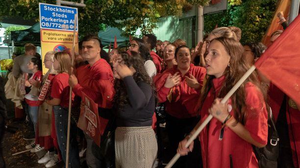 Punavihreän blokin kannattajat pyrkivät huutamaan vähintään yhtä kovaa kuin allianssin tukijat.
