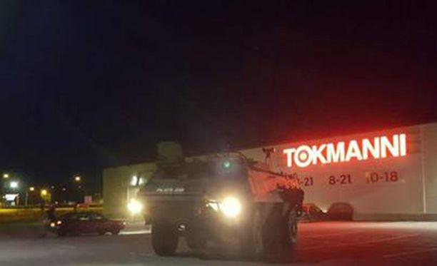 Takaa-ajo aiheutti mittavan poliisi-operaation, johon osallistui myös armeijan ajoneuvo.