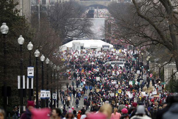 Tuhannet naiset ympäri maailman osallistuivat lauantaina naisten marssin nimeä kantavaan mielenilmaukseen.