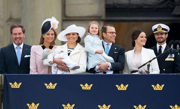 Victoria esitteli prinssi Oscarin kansalle kuninkaan syntymäpäivillä.