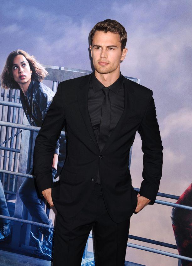 Theo James on näytellyt elokuvassa Divergent - Outolintu. Nyt hänen väitetään napanneen James Bondin roolin.