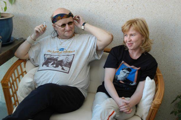 Juice Leskinen ja Sari-puoliso kuvattuna Tampereen kodissaan vuonna 2004.