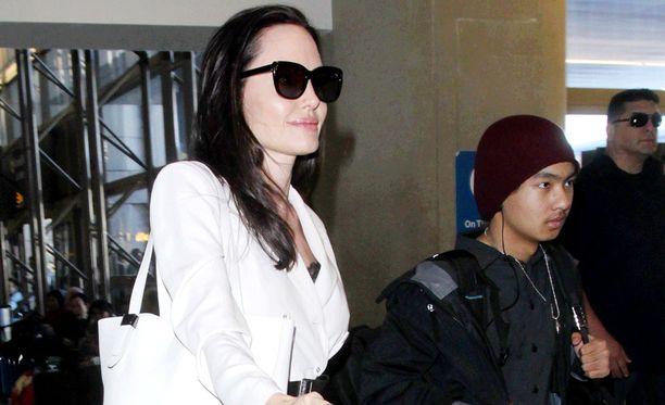 Angelina Jolie ja Maddox kuvattiin Los Angelesin lentokentällä viime viikolla. Jolie adoptoi Maddoxin aikoinaan, kun tämä oli vielä aivan vauva.