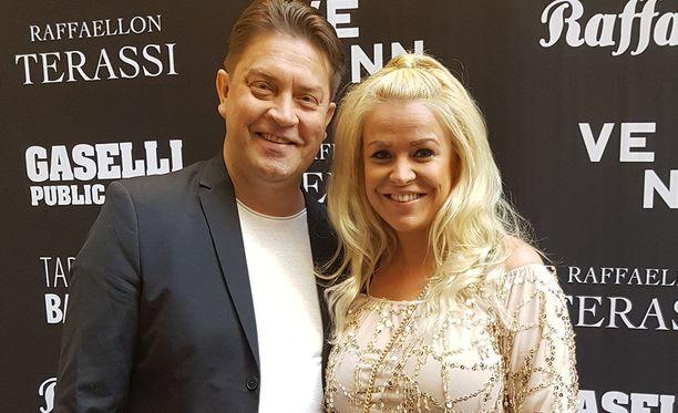 Oskari Katajisto ja Sanna Vaahti odottivat kesää iloisissa tunnelmissa Mummotunnelin avajaisissa.