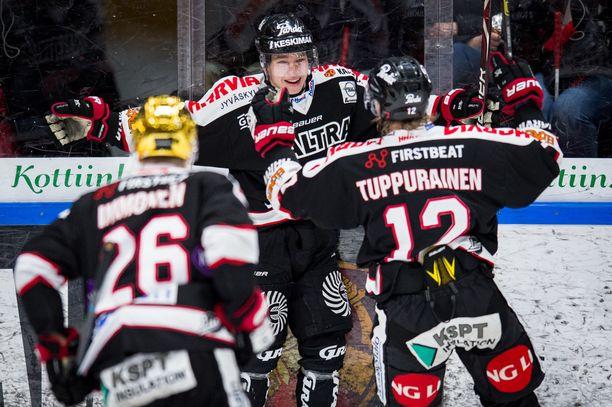 Jarkko Immonen ja Jani Tuppurainen onnittelivat Jerry Turkulaista 1-1-tasoituksesta.