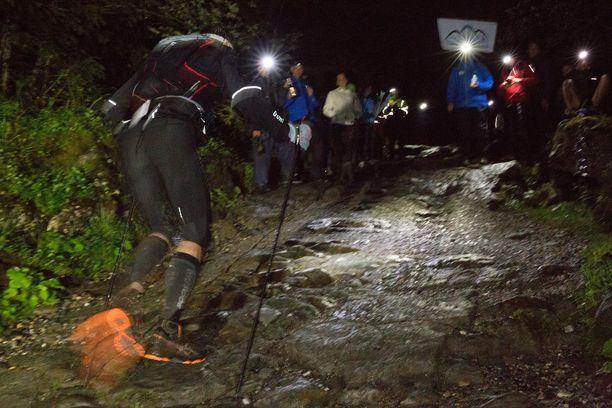 Hankalassa maastossa juostava maratonkilpailu kestää yleensä yön yli. Kuvan henkilöt eivät liity onnettomuuteen.