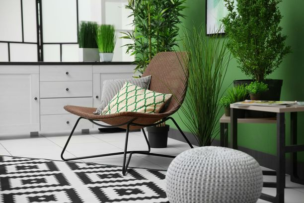 Vihreä sopii olohuoneeseen ja on kauniin maanläheinen yhdistelmä ruskean kanssa.