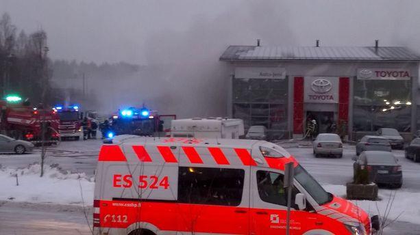 Palon alkaessa autoliikkeessä oli seitsemän uutta hybridiautoa ja 10-12 käytettyä autoa.