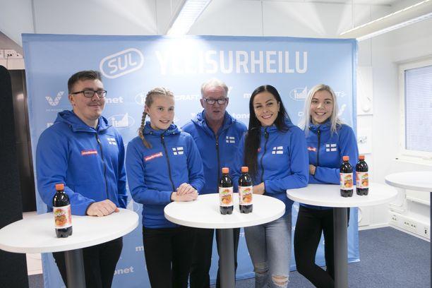 Aaron Kangas (vas), Nathalie Blomqvist, Matti Liimatainen, Maria Huntington ja Taika Koilahti olivat paikalla torstaina SUL:m tiedotustilaisuudessa.
