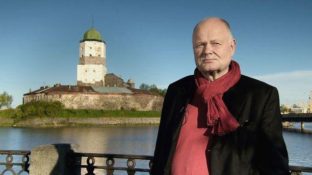 Arvo Tuomisen ihmeellisiin seikkailuihin voi itse kukin osallistua ensi kesänä, kun mies toimii historiaoppaana Karjalankannakselle, Laatokalle ja Ääniselle tehtävillä matkoilla.