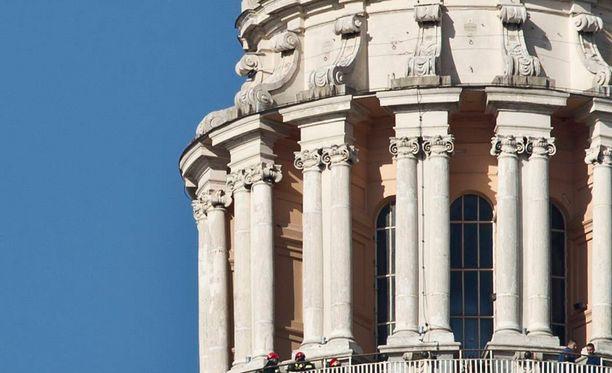 Roomassa ei hyväksytä enää napostelua suosituimpien nähtävyyksien läheisyydessä. Kuvassa Vatikaani.
