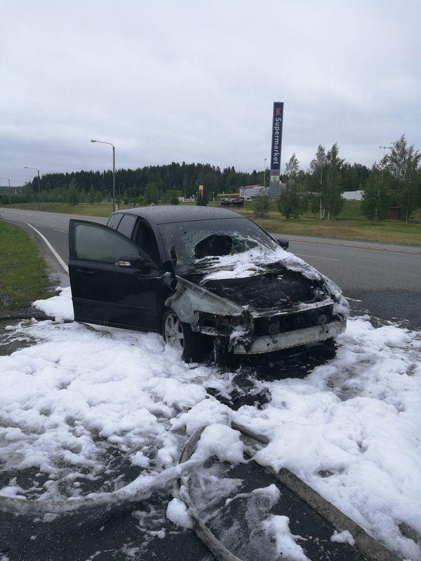 Volvo saatiin lopulta sammutettua. Auto kärsi pahoja vaurioita palossa.