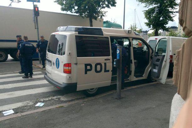 Onnettomuuspaikalle saapui poliiseja ja pelastuslaitoksen henkilökuntaa.