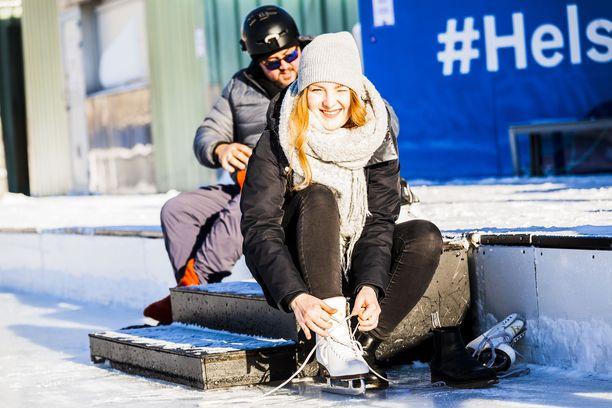 Rautatientorin jääpuistossa pääsee luistelemaan maaliskuulle asti. Omia luistimia ei tarvita, sillä sellaiset voi vuokrata.