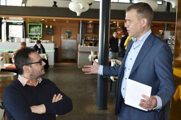 Yrittäjä Omer Nura ja kokoomuksen puheenjohtaja Petteri Orpo ovat yhtä mieltä siitä, että työperäistä maahanmuuttoa Suomeen pitää lisätä seuraavalla vaalikaudella. LAURI NURMI