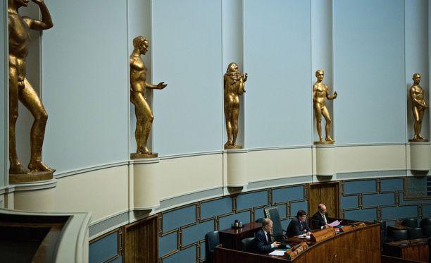 Eduskunnassa väitellään keskiviikkona Juha Sipilän (kesk) hallituksen talouspolitiikasta, ja nostetaan esiin opposition tarjoamia vaihtoehtoja.