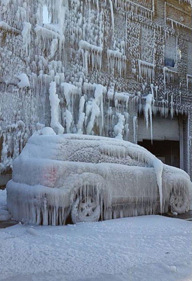 Myös palopaikan lähellä autot peittyivät jäähän.