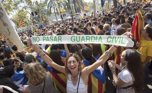 Katalonian itsenäistymistä kannattavia mielenosoittajia Barcelonassa tänään.