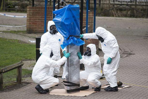 Armeijan asiantuntijat siirsivät maaliskuussa pois puistonpenkin, jolta Skripalit löytyivät myrkytettyinä.