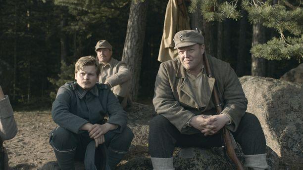 Myös poika Paavo Kinnunen (vas.) on Jussi-ehdokkaana parhaan miessivuosan kategoriassa roolistaan elokuvassa Suomen hauskin mies. Kuvassa myös Panu Vauhkonen.