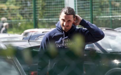 """Zlatan Ibrahimovic teki yllätysvisiitin jalkapallo-otteluun, median tarkkavainuisuus yllätti seurapomon: """"Miten tiedätte?"""""""