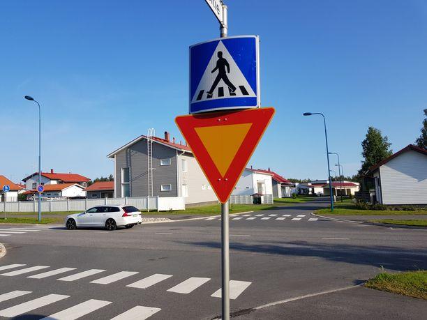 Suomessa käytetään yleensä sekä liikennemerkkiä että tiemerkintää osoittamaan suojatie. Kuvituskuvaa Oulusta.