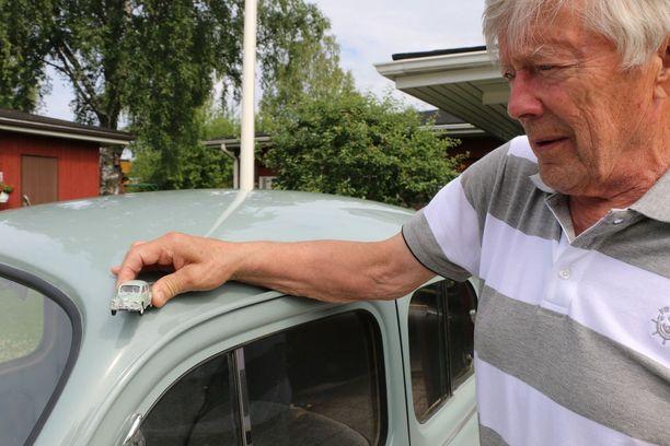 Erkki Wirkkalan ajoneuvokokoelmaan kuuluu kaksi samanlaista ja harvinaista Renault 4CV. Vain toisella voi ajaa.