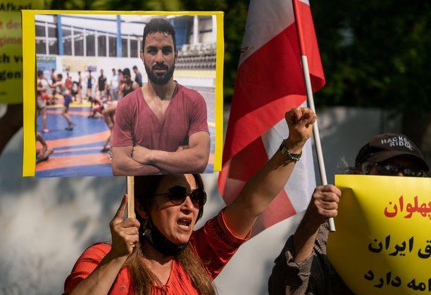 Mielenosoittaja huusi iskulauseita Navid Afkarin tueksi ennen teloitusta.