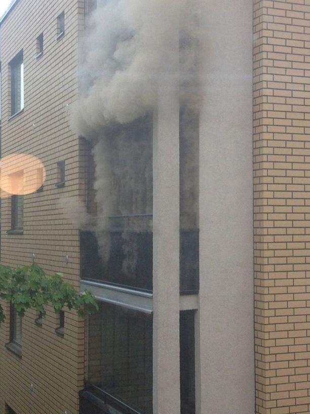 Tulipaloasunnosta puski voimakkaasti savua.