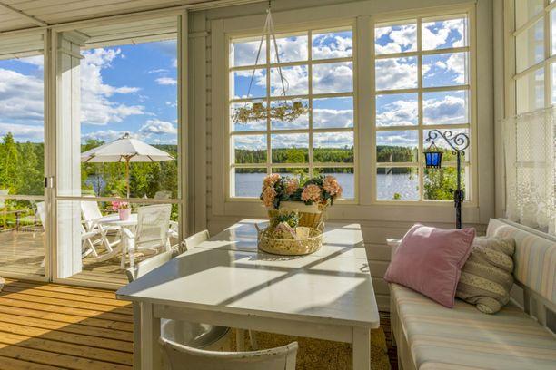 Moni suomalainen haaveilee kodista veden äärellä. Tämä asunto on kuin koti ja mökki samassa paketissa.