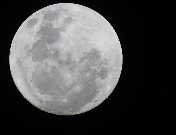Kuu nähtynä Etelä-Afrikan Johannesburgista 22. marraskuuta 2018.