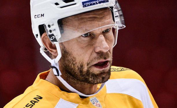 Jere Karalahti ei nauttinut Erkka Westerlundin suosimasta puolustajien kierrätyksestä.