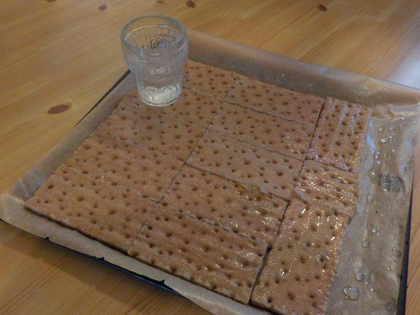 Vedellä kostutettu näkkileipä taipuu hyvin pizzapohjaksi.