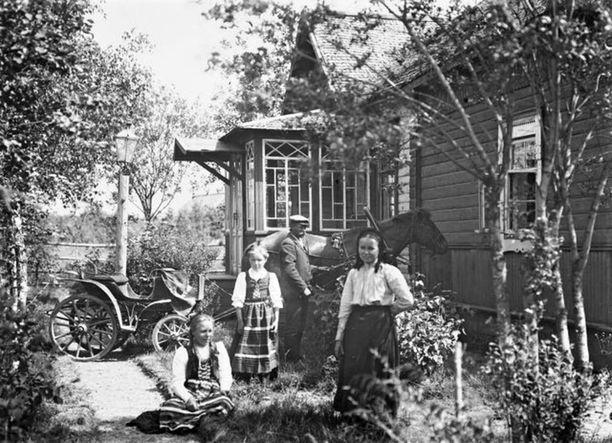 Perhe Uudenkirkon Vammelsuun kestikievarin pihalla 1905. Isäntä vossikan edessä.