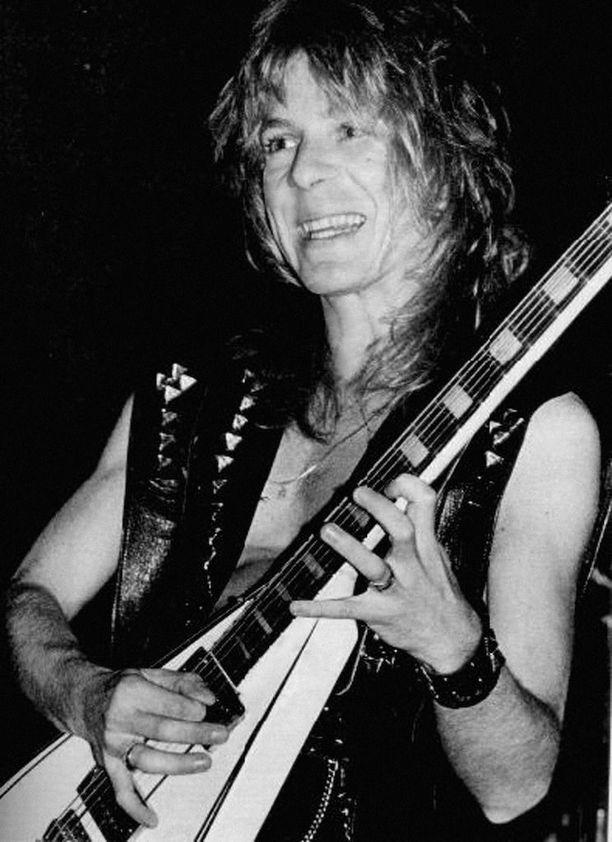 Rhoads tunnetaan erityisesti Ozzyn Crazy Train -jättihitin kitararaidoista.
