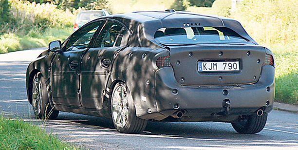 KURVIT Kurveja on, vaikka muodoton puku niittää peittää. Valepuvun alla piileskelee uusi Volvo S60.