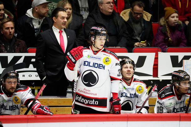 Mikael Kotkaniemi nousi kesken viime kauden kakkosluotsin paikalta Ässien päävalmentajaksi. Hänen Jesperi-poikansa (keskellä) on porilaisten avainpelaajia.