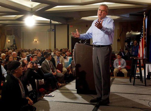 Jeb Bush näyttää nykyisin pitkältä ja hoikalta. Laihduttamisen uskotaan liittyvän presidenttiyshaaveisiin.