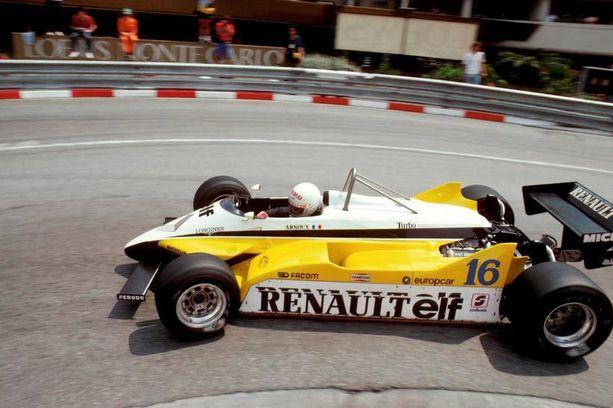 Kuski keulassa. Ranskalainen Rene Arnoux ajaa kuvassa vuoden 1982 Renault RE30B -autoa, jossa kuljettaja istui heti etupyörien takana. Samanlaisia F1-autoja nähtiin tuolloin muitakin.