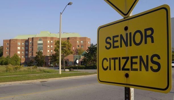Quebeciläisen hoivakodin kohtalo kertoo monien mielestä koko Kanadan vanhustenhuollon kriisistä. Kuva on torontolaisen vanhainkodin edestä.