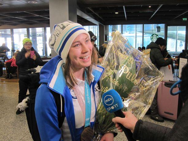 Rukajärvi vastaili lentoasemalla iloisena median kysymyksiin.