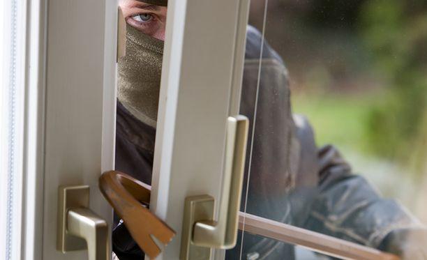 Murtovaras saattaa tulla kylään, jos levittelee tietoa lomamatkoistaan sosiaalisessa mediassa, varoittaa poliisi.