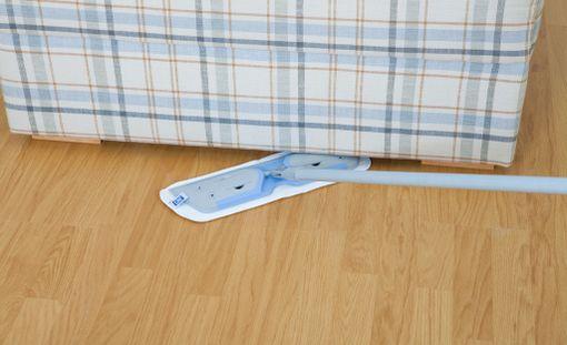 VINKKI! Monitoimimoppi taipuu myös matalien huonekalujen alle, jonne imurilla ei pääse. Mikrokuitumoppi kuivana käytettynä kerää huonekalujen alta pölyt pois näppärästi ja vältyt painavien huonekalujen siirtelyltä.